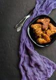 Kruidig Diep Fried Breaded Chicken Wings op donkere steenachtergrond stock afbeeldingen