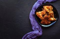 Kruidig Diep Fried Breaded Chicken Wings op donkere steenachtergrond royalty-vrije stock fotografie