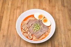 Kruidig Tom Yum, Romig Varkensvlees Ramen met ei en paddestoel op houten B royalty-vrije stock fotografie