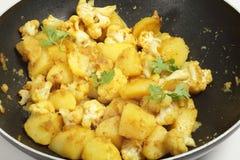 Kruidige aardappel en bloemkoolaloo Gobi stock foto's