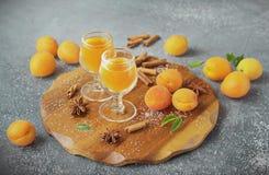 Kruidige abrikozenlikeur in de glazen Royalty-vrije Stock Afbeeldingen