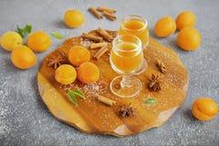 Kruidige abrikozenlikeur in de glazen Stock Afbeeldingen