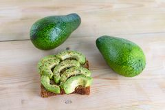 Kruidige avocadotoost - gezonde ontbijt Hoogste mening royalty-vrije stock afbeeldingen