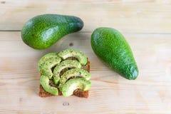 Kruidige avocadotoost - gezonde ontbijt Hoogste mening stock fotografie