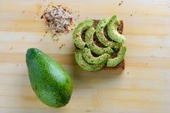 Kruidige avocadotoost - gezonde ontbijt Hoogste mening stock afbeeldingen