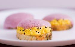 Kruidige crostini het vullen eieren en plantaardig schuim Stock Foto