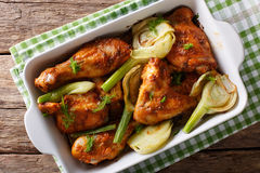 Kruidige die kip met venkel in jus d'orange in een bakselschotel wordt gebakken stock afbeeldingen