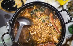 Kruidige die noedels met zeevruchten en groenten worden gekookt stock fotografie