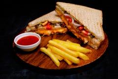 Kruidige Dubbeldekker met de verse kaas van de slatomaat en BBQ Kip stock fotografie