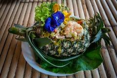 Kruidige garnalen en kruiden in gesneden ananas Royalty-vrije Stock Foto