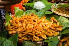Kruidige gebraden die garnalen in groen banaanblad worden gediend van centraal Java royalty-vrije stock foto's