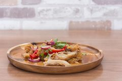 Kruidige gebraden kippensalade Stock Fotografie