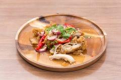 Kruidige gebraden kippensalade Stock Foto