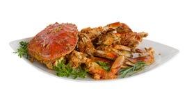 Kruidige gekookte krab klaar om op witte achtergrond te dienen royalty-vrije stock fotografie