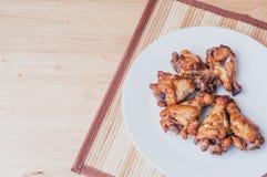 Kruidige geroosterde kippenvleugels met zwarte peper Stock Foto
