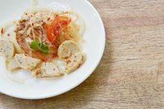 Kruidige glasnoedels met plak Vietnamese worst en ui Thaise salade op plaat royalty-vrije stock foto's