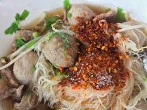 Kruidige heet van de voedselsmaak, de noedels van de Rundvleesbal, Thaise het voedsel hete kruidige noedel van Azië stock fotografie