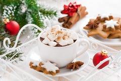 Kruidige hete chocolade met heemst en Kerstmisdecoratie Royalty-vrije Stock Afbeelding