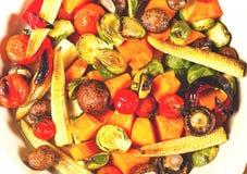 Kruidige hete die groenten, op een grill in ceramische kom worden gekookt Het concept het gezonde eten en heerlijk voedsel stock fotografie