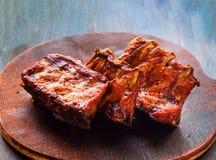 Kruidige hete geroosterde die krabbetjes van BBQ op houten raad wordt gediend royalty-vrije stock foto