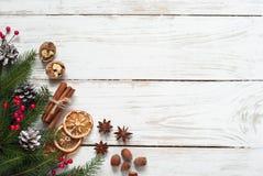 Kruidige Kerstmisachtergrond Lijst met bakselingrediënten Stock Afbeeldingen