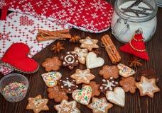Kruidige Kerstmiskoekjes Stock Afbeeldingen