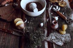 Kruidige keuken op houten bureaus stock foto's