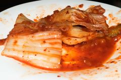 Kruidige Kimchi-Salade op een witte plaat royalty-vrije stock afbeelding