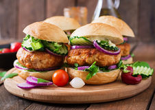Kruidige kippenburgers met tomaat en aubergine - sandwich Stock Foto's