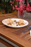 Kruidige kippensandwich met bataatgebraden gerechten royalty-vrije stock afbeeldingen