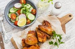 Kruidige kippenvleugels en verse groentesalade Stock Afbeelding