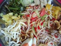Kruidige papajasalade, Thais voedsel royalty-vrije stock afbeeldingen