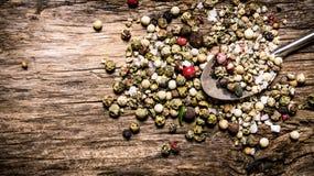Kruidige peperbollen in een lepel Op houten achtergrond Royalty-vrije Stock Afbeelding