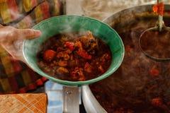 Kruidige pollepel in een kop, een kruidige soep in noordelijk Thailand N stock foto's
