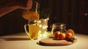 Kruidige thee in een kop met kaneel, honing, kurkuma op een houten achtergrond Hete Drank De ruimte van het exemplaar De Lichten  stock video