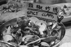 Kruidige tweekleppige schelpdieren een de nachtmarkt van de Tempelstraat in Hong Kong China royalty-vrije stock fotografie