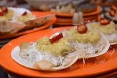 Kruidige tweekleppige schelpdieren met knoflook en Spaanse peper stock foto's