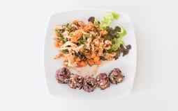 Kruidige veganistsalade met kleverige bes en korrelrijst stock foto's