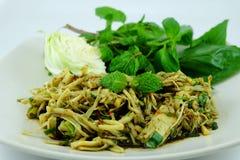 Kruidige verscheurde dient de bamboe-spruit salade met groenten Stock Foto