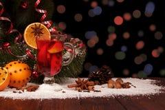 Kruidige verwarmende drank, vruchten, noten en kruiden op donkere achtergrond Royalty-vrije Stock Afbeeldingen