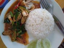 Kruidige zeevruchten gebraden met rijst, Thais voedsel Royalty-vrije Stock Foto's