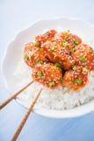 Kruidige zoete en zure kip met sesam en rijst dichte omhooggaand op blauwe achtergrond Royalty-vrije Stock Afbeelding