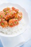Kruidige zoete en zure kip met sesam en rijst op blauwe houten dichte omhooggaand als achtergrond Royalty-vrije Stock Afbeelding