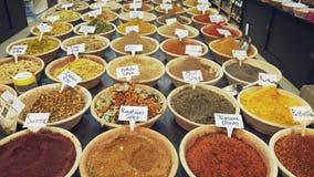 Kruidmarkt in de oude stad van Jeruzalem stock videobeelden