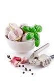 Kruidnagels van knoflook, basilicum en knoflookpers Royalty-vrije Stock Foto's