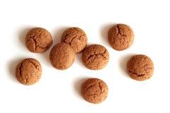 Kruidnoten para Sinterklaas, uma cookie holandesa do pão-de-espécie do feriado em um fundo branco Fotografia de Stock