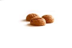 Kruidnoten per Sinterklaas, un biscotto olandese del pan di zenzero di festa su un fondo bianco Fotografia Stock