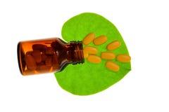 Kruidpil met groen kruidenblad en fles met het knippen van weg Royalty-vrije Stock Foto's