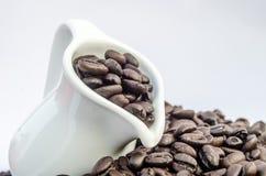 Kruik en koffiebonen Stock Foto