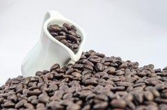 Kruik en koffiebonen Royalty-vrije Stock Afbeeldingen